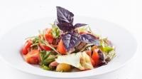 Салатный микс с базиликом и помидорами